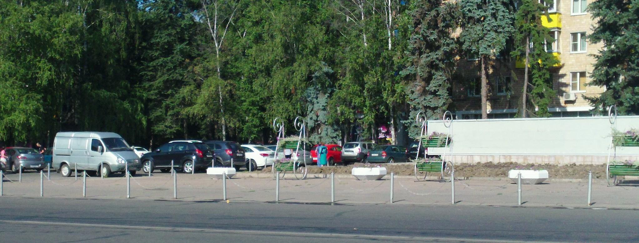 5-08-2014 Перекопано у памятника Ленину2