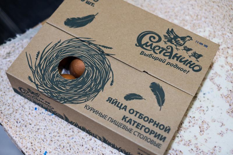 Сметанинские яйца упаковываются в такие симпатичные картонные коробки, их удобно раскрывать посередине.