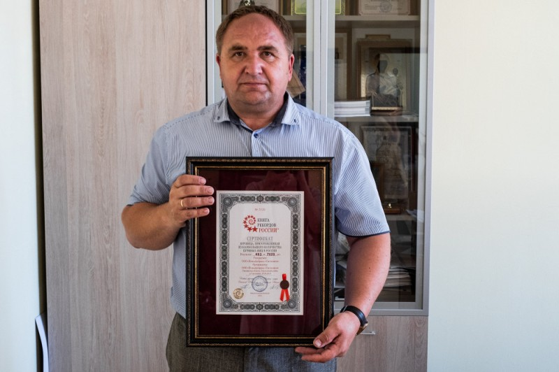 Генеральный директор птицефабрики «Сметанино» Юрий Давыдовский и сертификат, свидетельствующий о том, что в июне 2019 года здесь приготовили самую большую яичницу в России, для нее было использовано 7020 яиц,