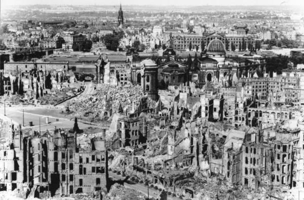 Bundesarchiv_Bild_146-1994-041-07,_Dresden,_zerstörtes_Stadtzentrum