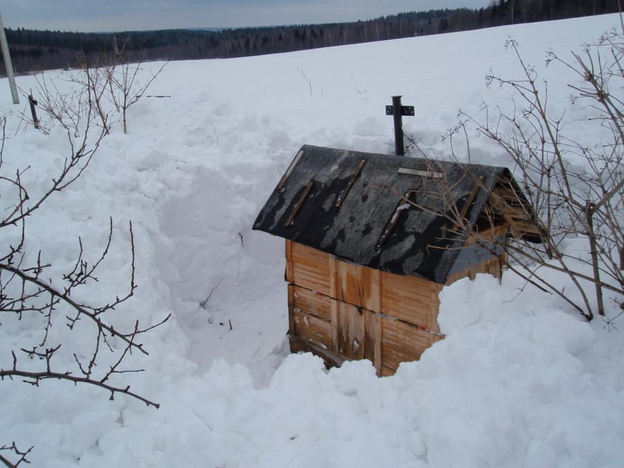 Улей-лежак у забора - откапывать от снего пришлось начинать аж с крыши