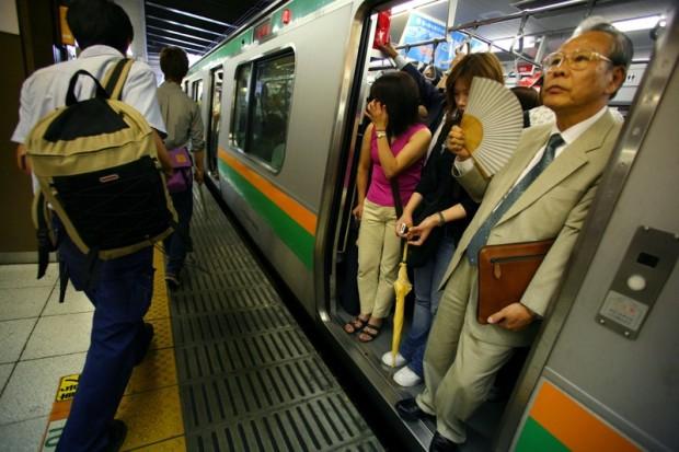 как девушки показывают себя в общественном транспорте