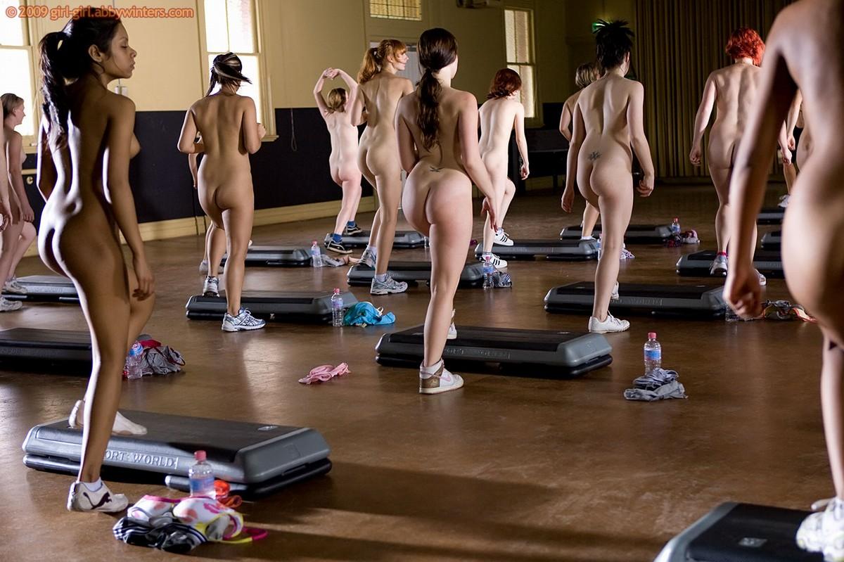 родить пять женщины спортсменки голышом в зале вытащил его