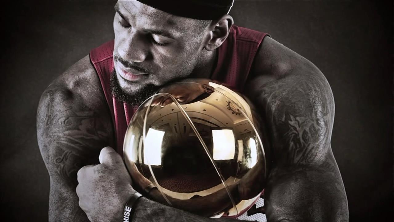 Lebron-James-with-NBA-Trophy