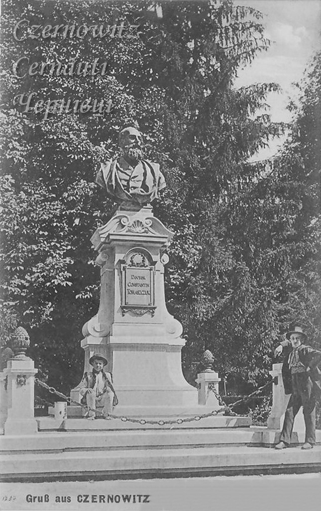 пам'ятник першому ректору ЧНУ