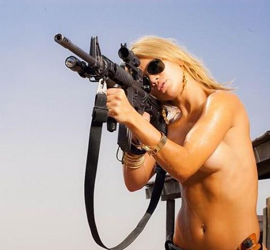 hot_sexy_girls_guns_nude_10