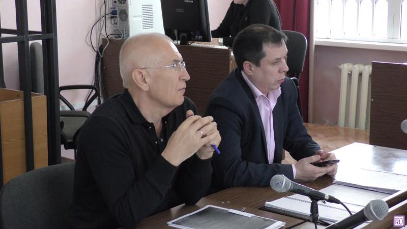 Леонид Бычков с адвокатом в зале суда. Фото Информационного агентства «KURGAN.RU».