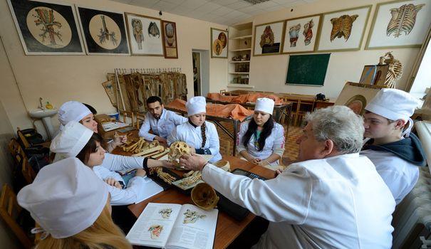 des-etudiants-de-l-universite-de-medecine-de-donetsk-classee-l-an-dernier-comme-la-meilleure-d-ukraine-suivent-un-cours-d-anatomie-le-5-decembre-2014_5165833