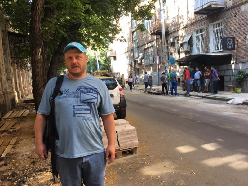 Тут изображен не я, тут изображена группа грузинских мужчин. Такие группы встречаются достаточно часто в Тбилиси, что они означают, не знаю. Поначалу даже считал, чьто это opasno, но вроде бы нет.