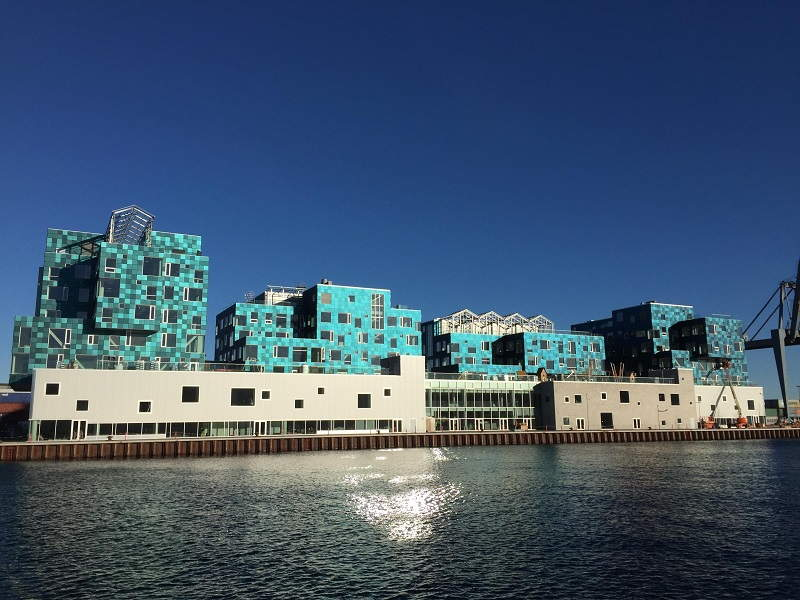 Фасад школы – крупнейшая солнечная электростанция