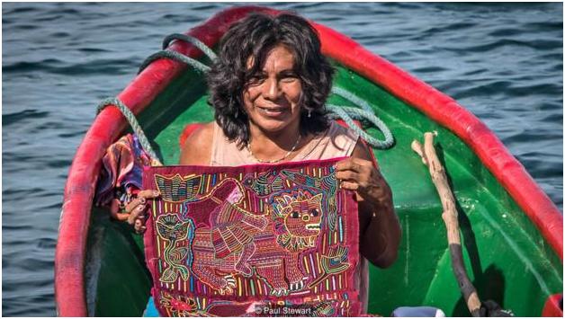Омеггид предлагает туристам свою вышивку