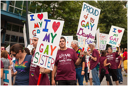 Родственники гомосексуалов с плакатами поддержки