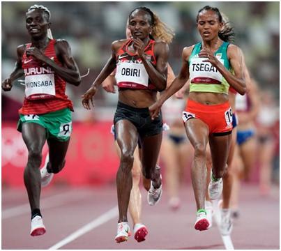 Предварительный забег на 5000м. Слева Франсина Нийонсаба, две другие спортсменки на фото позднее в финале получили серебро (Obiri) и бронзу (Tsegay)