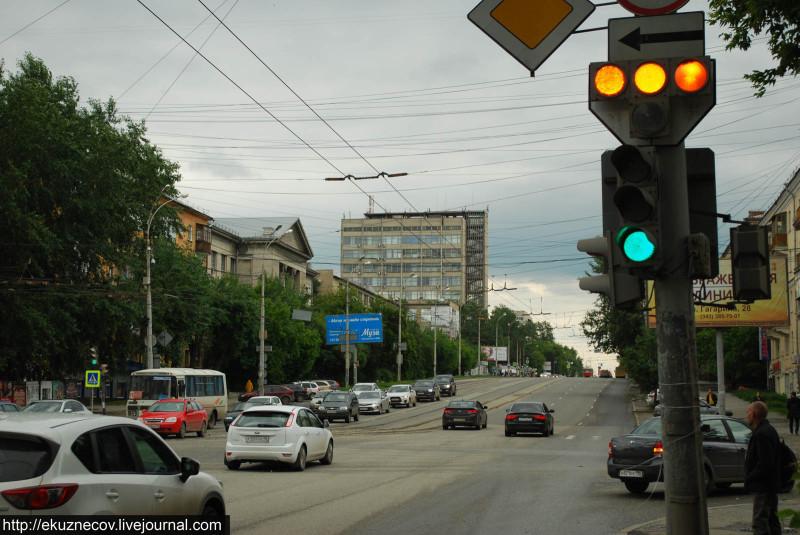 Движение по полосе для общественного транспорта регулируется отдельным Т-образным светофором