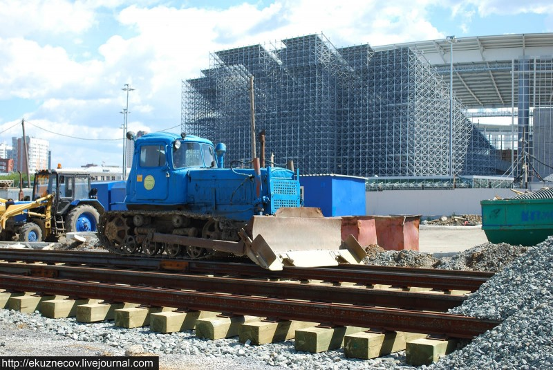 Строительство новой трамвайной линии по улице Татищева к ЧМ-2018 в Екатеринбурге. Бульдозер ТТУ