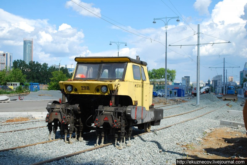 Строительство новой трамвайной линии по улице Татищева к ЧМ-2018 в Екатеринбурге. Шпалоподбивочная машина