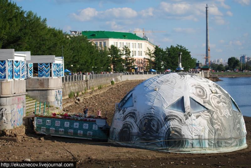 Екатеринбург. Городской пруд. Плавучий дом сел на мель