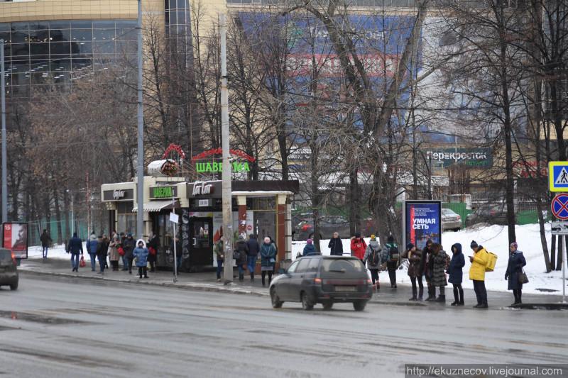 Эта остановка официально отменена. Но ней продолжают стоять люди и останавливаться автобусы