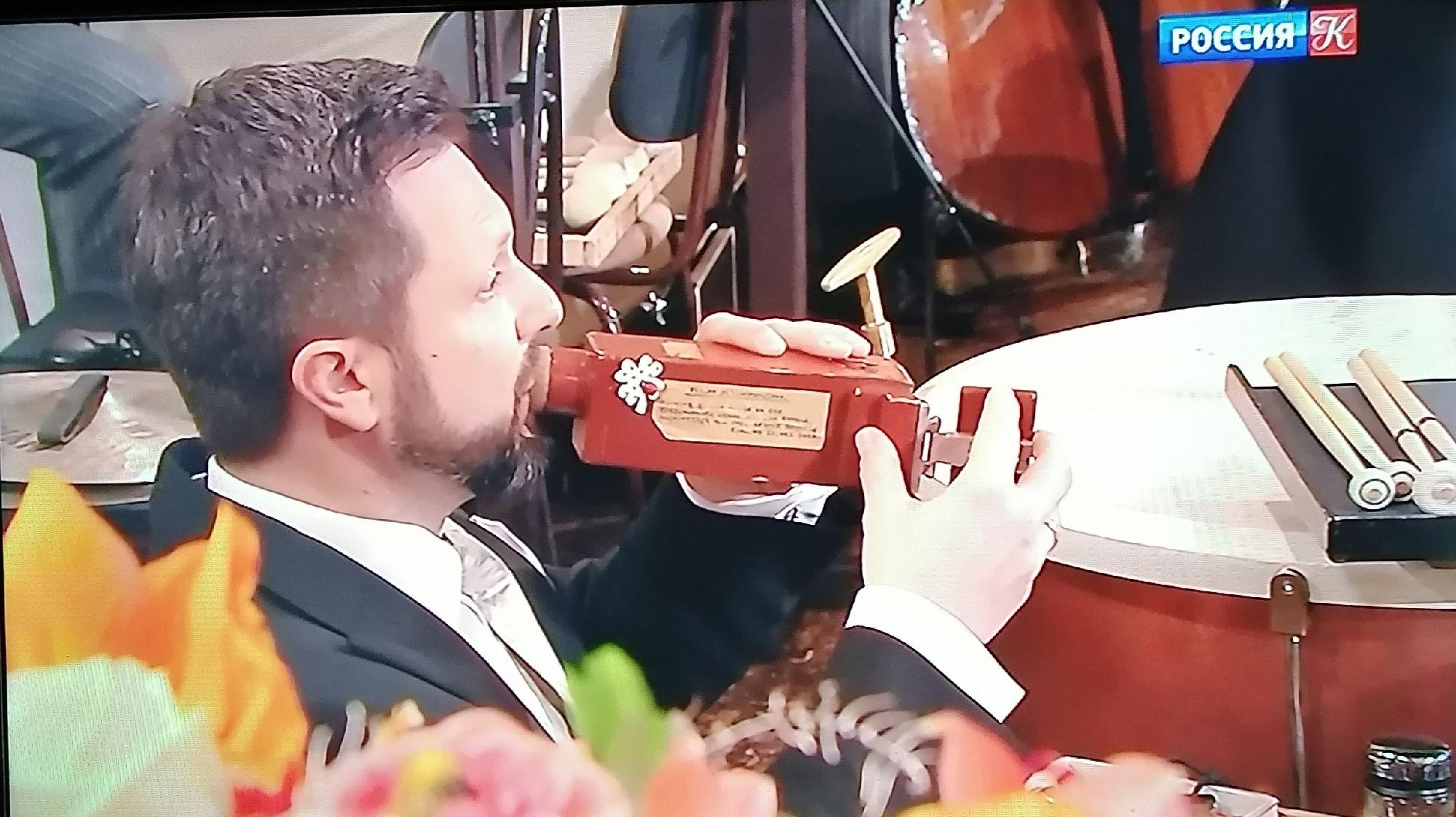 """Вот такой инструмент, похожий на кувшинчик. Музыкант открывал дверцу правой рукой, и звучало """"ку-ку"""""""