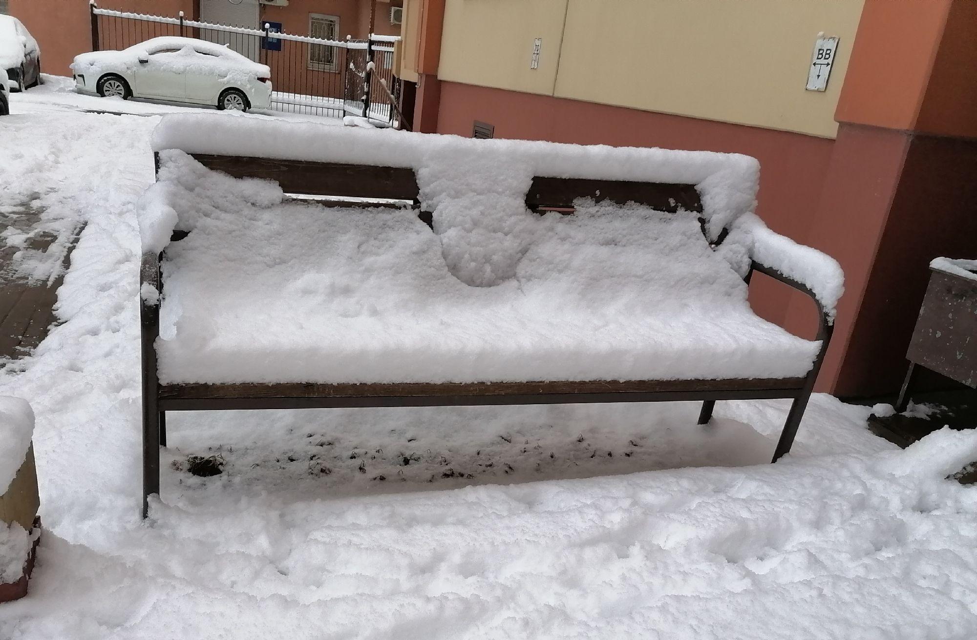 скамейка во дворе дома