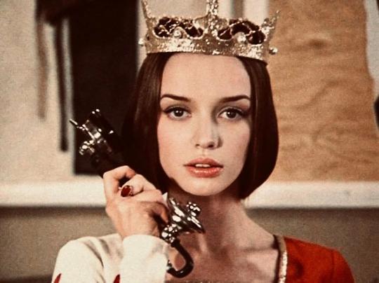 красавица Мелисента — она точно из 21 века, а не из 12: большие глаза, пухлые губы, красивые брови, четкие скулы... очень современно