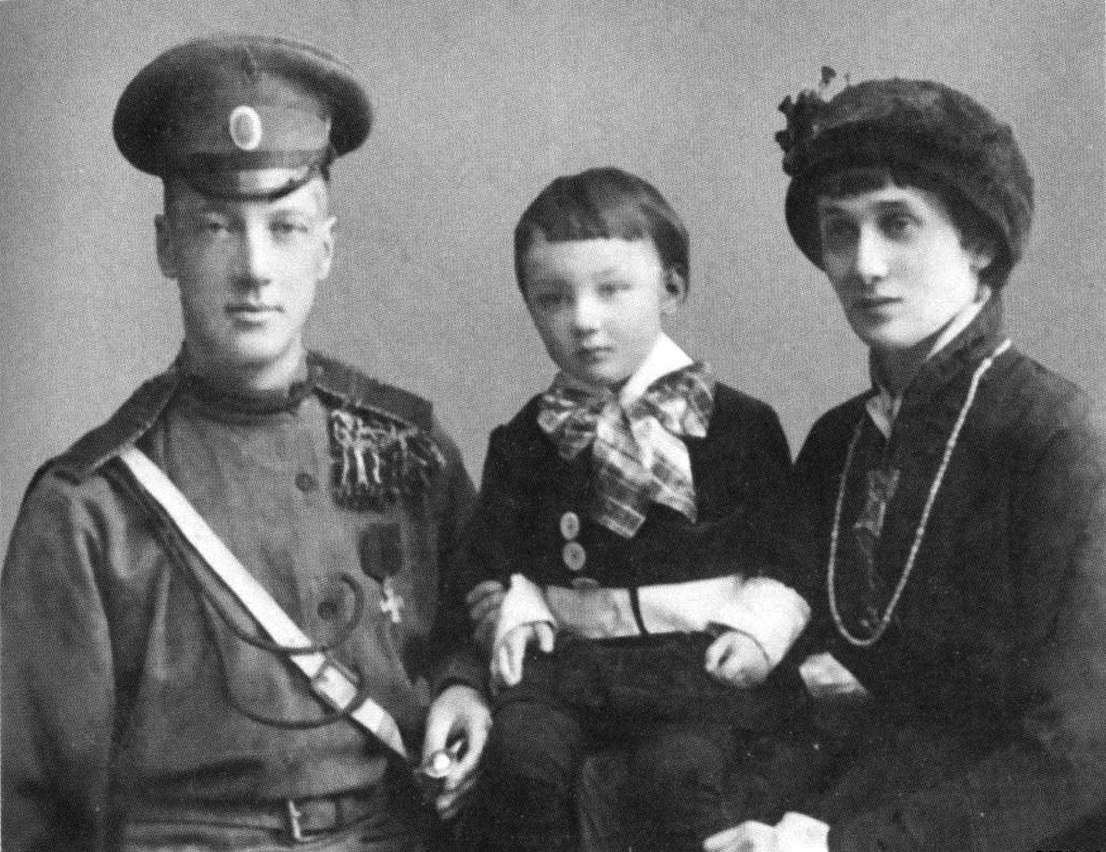 Н. Гумилёв, А. Ахматова и их сын Лев