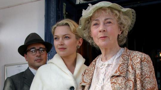 Мисс Марпл, Гвенда и некий персонаж, который на протяжении всего фильма находится рядом с Гвендой. Но это не ее муж Джайлс, как в книге, а ходит он по поручению ее влиятельного жениха