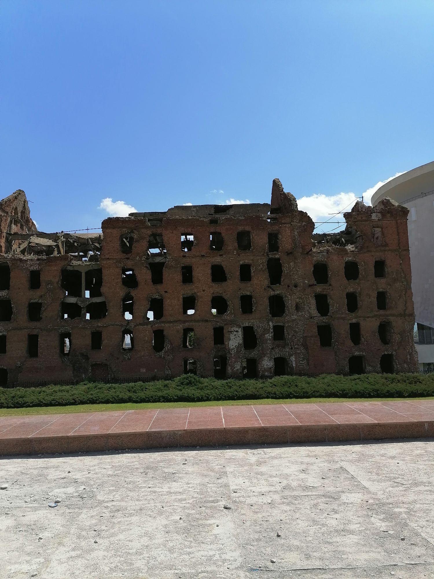 я просто стояла и смотрела на эти развалины.