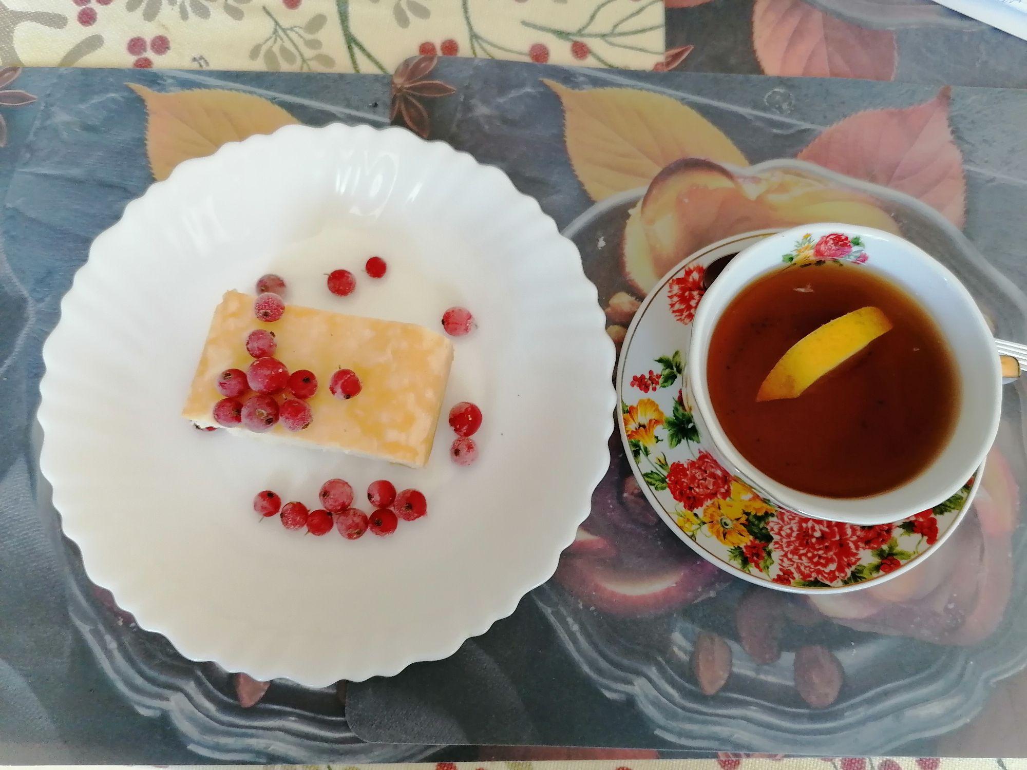 Творожная запеканка с красной смородиной и чай с лимоном