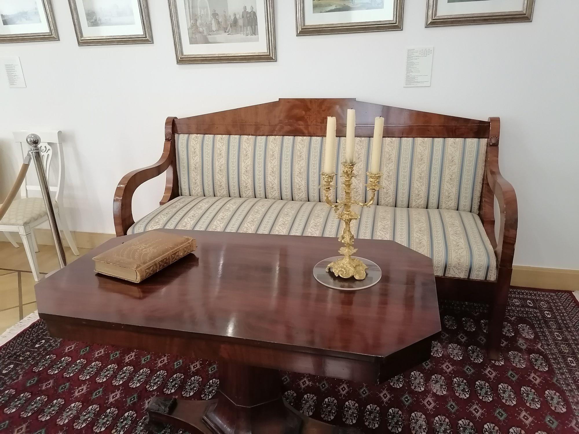 Узнав, что на стульчике посидеть нельзя, сын присмотрел себе красивый диванчик со столиком.