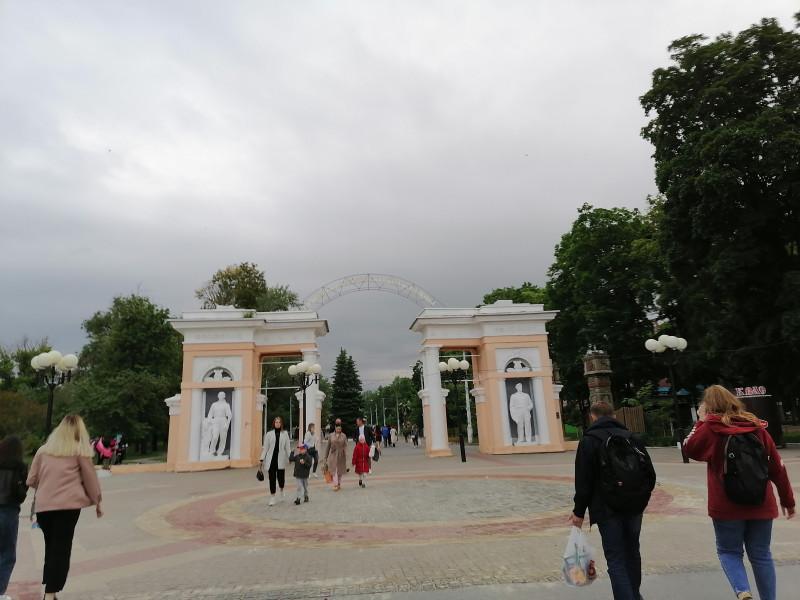 Вход в парк со стороны пересечения улиц Николая Островского и 50-летия Белгородской области