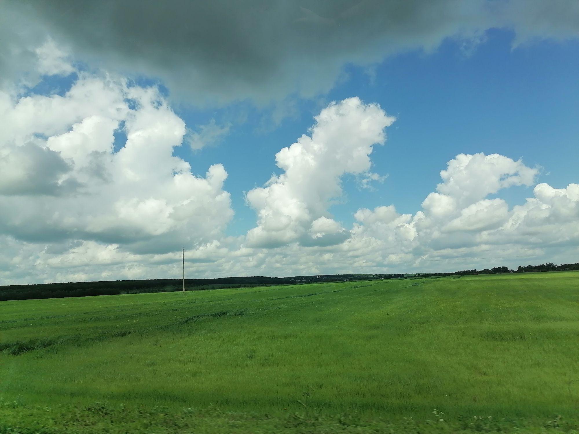 Серые облака висят низко