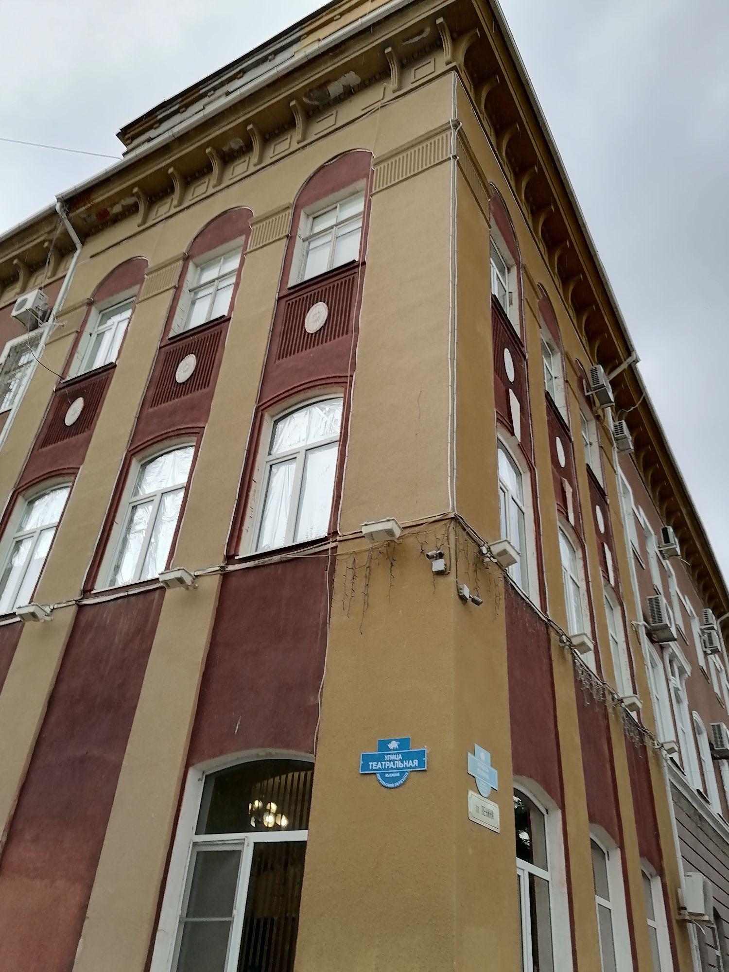Это угол здания пл.Ленина 30, где находится администрация района
