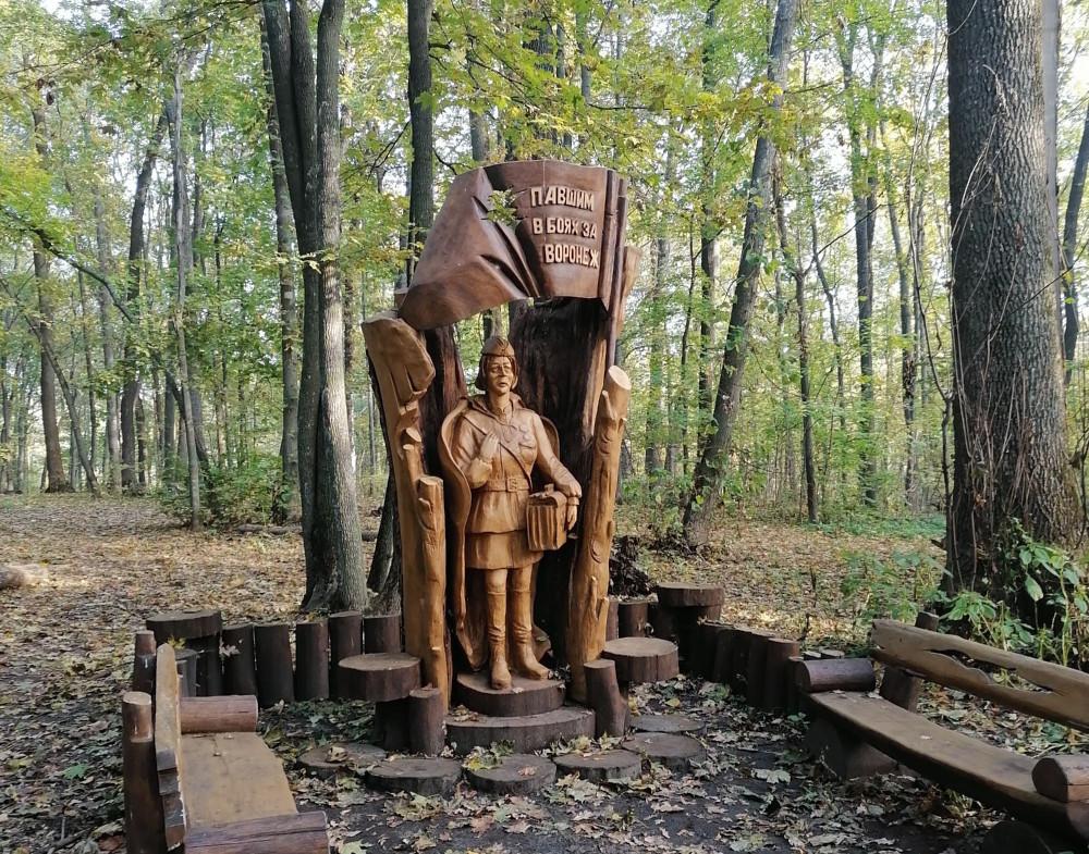 Памятник женщине-военврачу