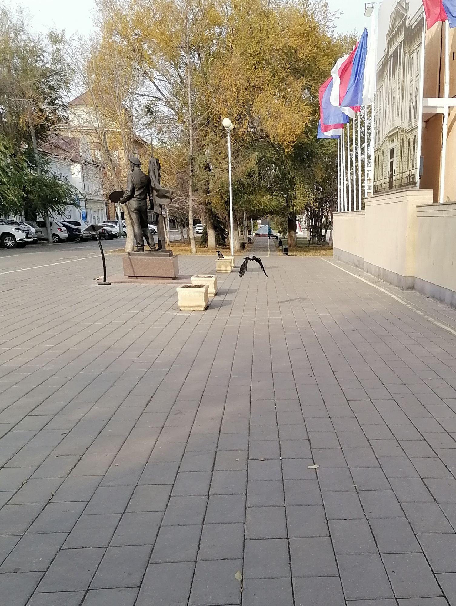 Памятник Мыльникову. Справа городская площадь