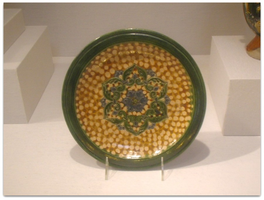 Earthenware_dish_with_sancai_glaze_and_rosette_medallion,_Tang_Dynasty