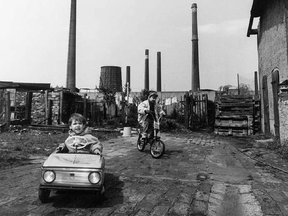 Дети на фоне промышленных труб