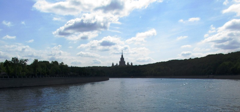 Здание МГУ - одно из самых заметных в Москве. Видно его из самого дальнего далека. Но вид, открывшийся с реки, поражает монументальностью, если можно так сказать