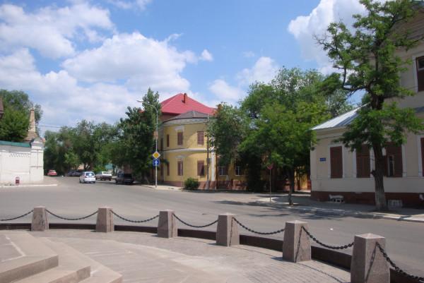 Крестовоздвиженская церковь-Вид на здания, за которыми стояла Крестовоздвиженская церковь