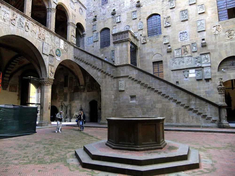 Его начали возводить в 1255, и работы продолжались до середины XIV столетия. Первыми архитекторами были доминиканские монахи Фра (брат) Систо и.JPG