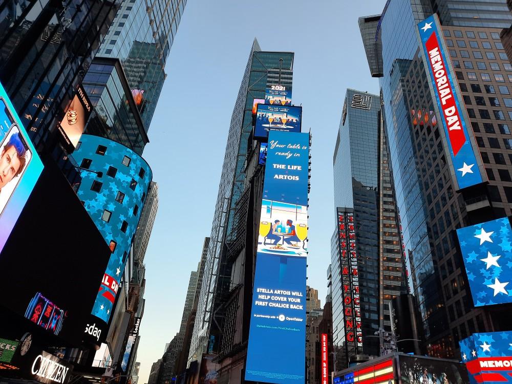 Мелькающие экраны на Times Square в Нью Йорке