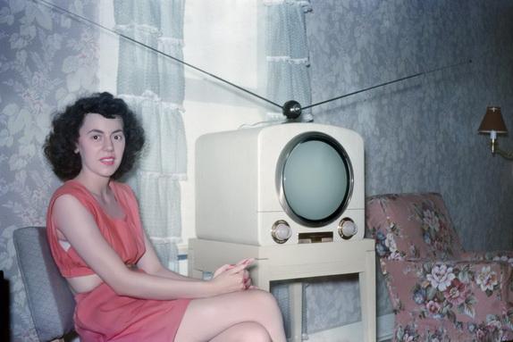 Девушка с телевизором
