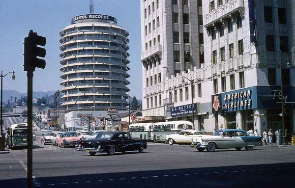 Здание Кэпитол-Рекордс на Вайн-стрит. Лос-Анджелес, 1957 год.