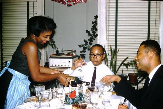 афро-американская семья собралась за столом на Рождество.
