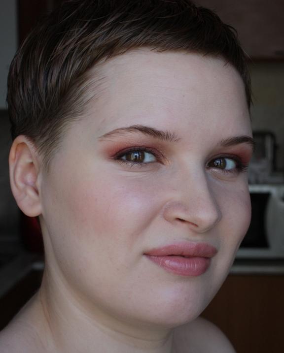 Макияж с красными оттенками глаз