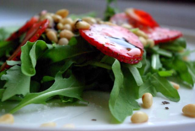 Салат из рукколы с клубникой