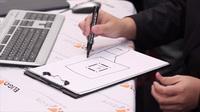 Посетитель стенда EligoVision на Autodesk University Russia рисует на бумаге собственный 3D лабиринт, чтобы сразу же пройти его в формате  дополненной реальности