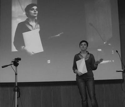 Валерия Холодкова проводит презентацию AR студии на сцене с элементами живой демонстрации технологии дополненной реальности от EligoVision