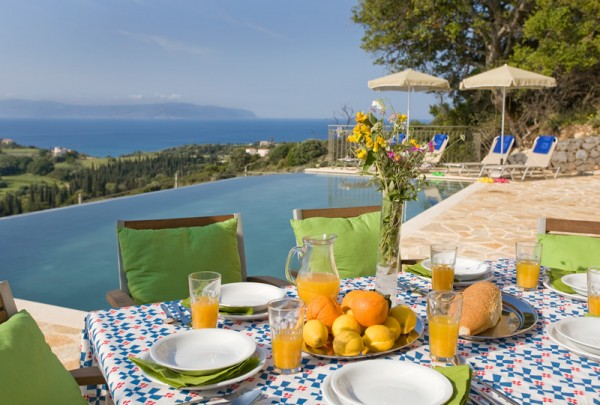 Breakfast_by_the_pool_of_Villa_Pernari