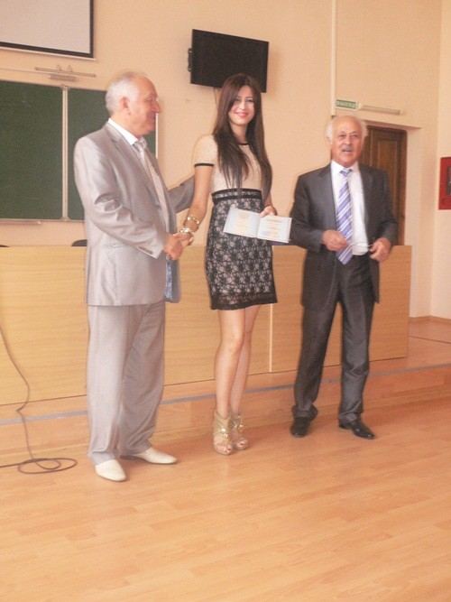 Любимый ректор вручил мне диплом. Экфак 2011 год